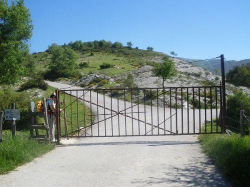 Foto 1 - Cruzando la valla